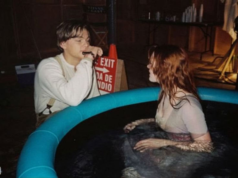 Leonardo DiCaprio sings to Kate Winslet in a hot tub