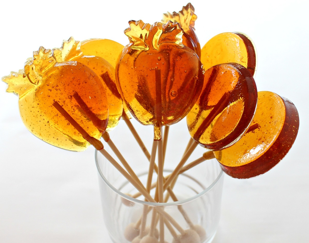 apple-shaped honey lollipops for licking or stirring into drinks