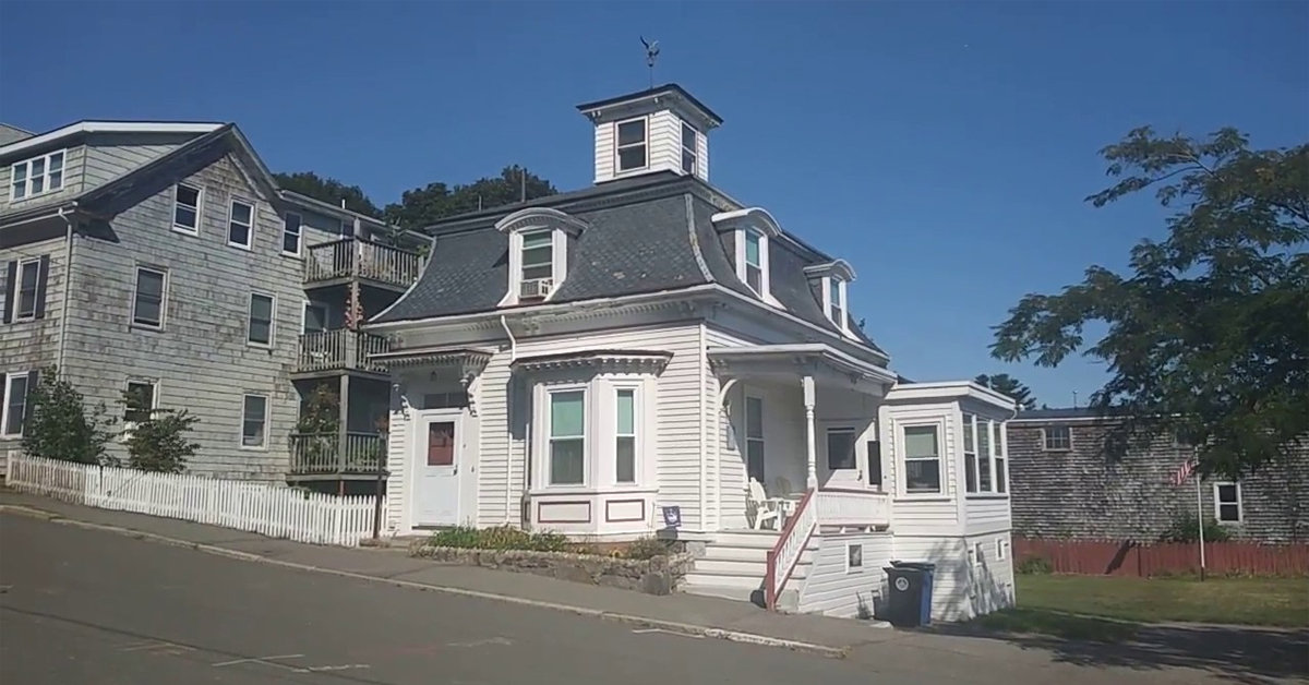 a new england style house used in the movie hocus pocus