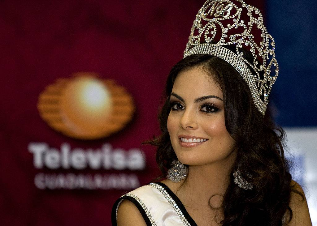Ximena Navarrete wearing her crown and sash