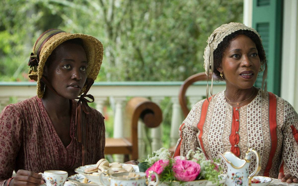 Lupita Nyong'o and Alfre Woodard in 12 years a slave drinking tea