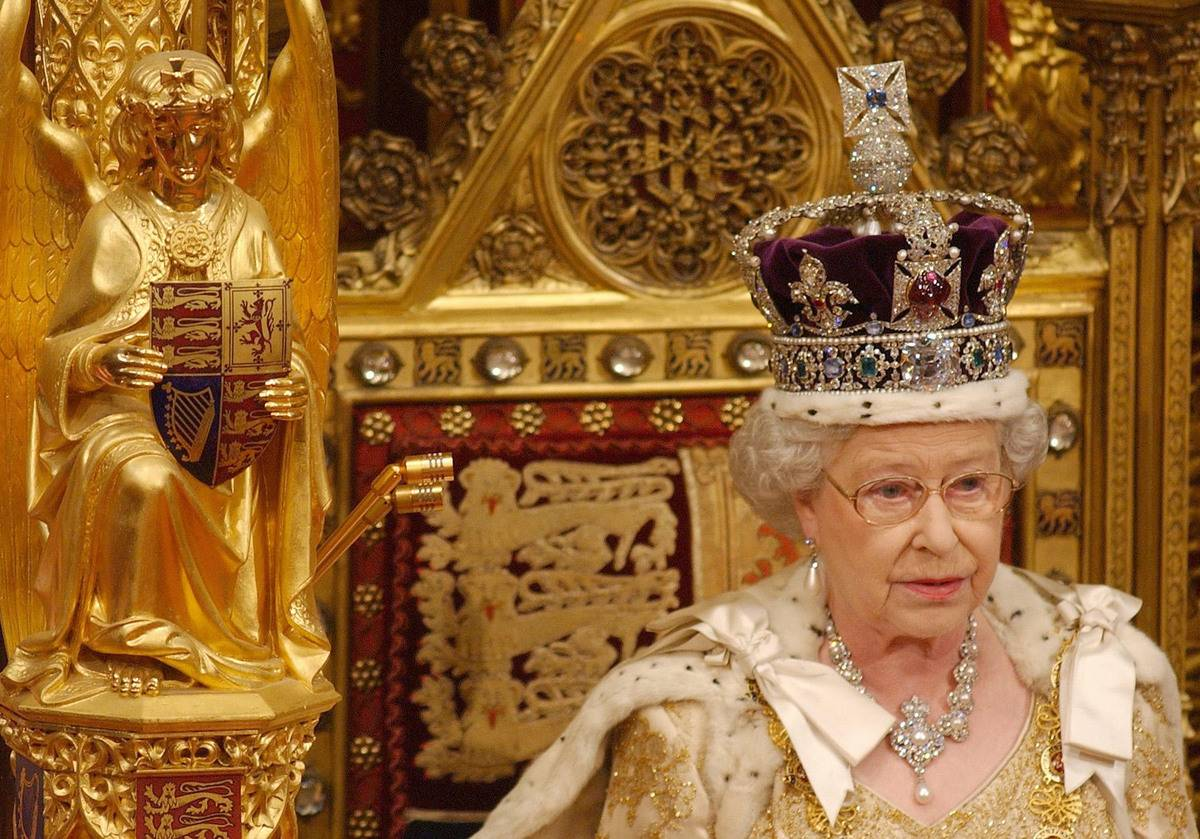 Queen Elizabeth II wears a crown with diamonds from the Cullinan mine.