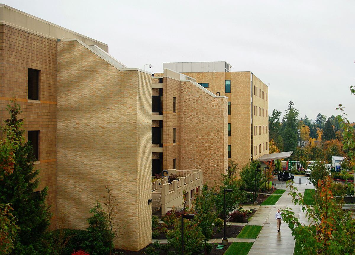 1200px-Kaiser_Sunnyside_Medical_Center.JPG