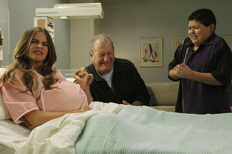 gloria modern family pregnant.jpg